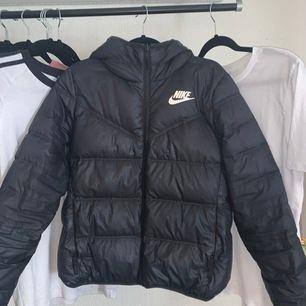 En super fin vinter jacka i märket Nike köptes ny för 1200kr men säljer för 500kr❤️