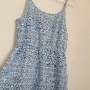 Mega söt klänning köpt från hm för 399kr. Säljer den pga den aldrig kommit till användning. I storlek M och säljs för 149 kr. Köpare står för frakt