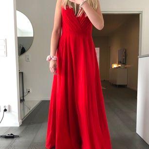 Röd balklänning från jjshouse, aldrig använd (prislapp finns kvar) och den köpt för 1100 kr. Pris kan diskuteras. Jag är 168 cm lång och är bra längd när jag har klackskor.