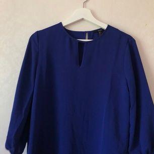 Nästan oanvänd blå blus som matchar de starka färgtrenderna nu i sommar. Nypris 399kr