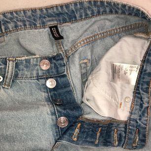 Säljer dessa jeans från hm då dem tyvärr inte längre kommer till användning, köptes för cirka 1,5 år sedan och är i ganska nytt skick även fast dem använts väldigt mycket! Jag är 163, köparen står för frakten!