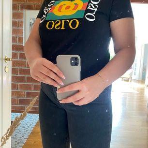 Snygg gucci liknande t-shirt från BikBok i strl L men sitter som en M. 🥰 Sjukt snygg passform!😍 köparen står för frakt!
