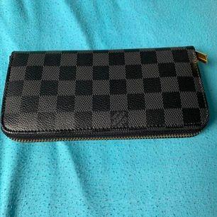 Säljer en Louis Vuitton plånbok kom med bäst bud så utgår jag från det.