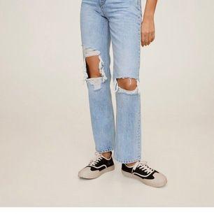 Blå slitna jeans från mango, strl 36 använda endast en gång 💗 meddela för fler bilder