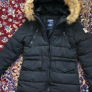 Joy Jacket 900 Black SVEA  Ordpris: 2250kr  Strl M, true to size (finns även dragsko i midjan) Använd ett par gånger under en vinter, superfint skick! Varm och bekväm 🌸 Möts upp i sthlm