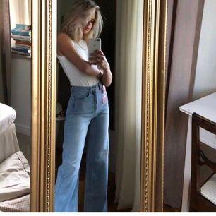 (Lånad bild) Säljer dessa supercoola jeans. Aldrig använda bara testade😘