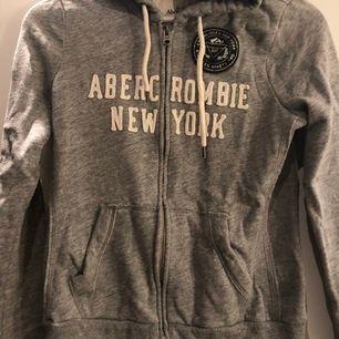 Fin grå huvtröjor från Abercrombie & Fitch. Knappt använd. Storlek: M. Köparen står för frakten. Fraktar endast