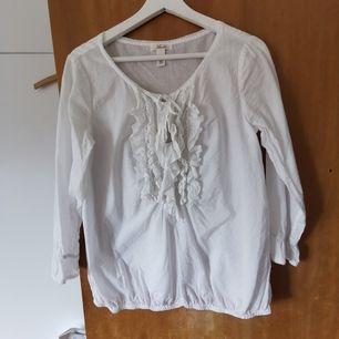 vit Levi's blus med volang å hål i halsen    ☎️fri frakt