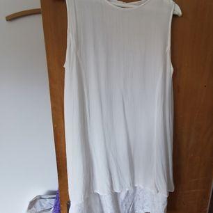 vit lång vintage blus med mönster längs ned             🥞frakt fri