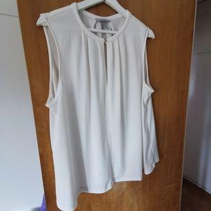 vit blus utan armar med guld knapp vid halsen fram, ganska stor i storlek   🦚frakt ingår