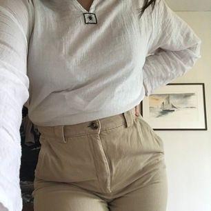 Tvärt måste jag sälja dessa fina byxor då dom blivit för små för mig. Superfina fickor på baksidan och en uppvikt modell i benen. På mig slutar dom lite över ankeln (jag är 166) ☺️
