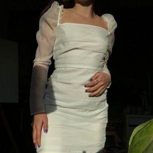 Vit klänning, köpt på asos, som passar bra till student eller liknande. Säljer då jag har ångrat mitt köp och kan inte returnera längre. Aldrig använd och prislapp finns kvar! 🥳💜 Står strl 8 men det motsvarar strl 36🥰