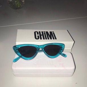 Helt nya och oanvända solglasögon från chimi. solglasögonpåse, putsduk, ett fodral och lådan medkommer. Nypris 999kr