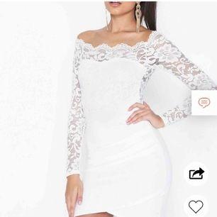 Helt oanvänd vit klänning från Nelly med vit spets på armar och rygg. Superfin både till studenten men även till annat