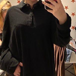 Svart stor långärmad tröja med krage och dragkedja, bra skick o så!❤️ står ingen storlek men skulle säga xl
