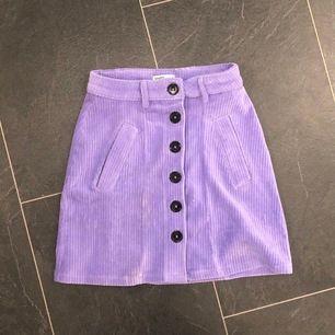 Jättesöt violet kjol! Köpt i somras och i bra skick! Har knappt använd dom, frakt är inkluderat :)