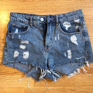 Highwasted shorts från HM i tvättad finish. Strl 36