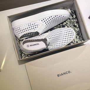 Säljer mina vita loafers helt oanvända från Bianco!