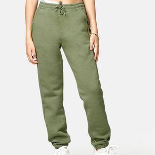 Snygga olivgröna sweatpants 💚 Använda fåtal gånger så fint skick! Bra i längden på mig som är 174 cm. Frakt är inkluderat i priset :)