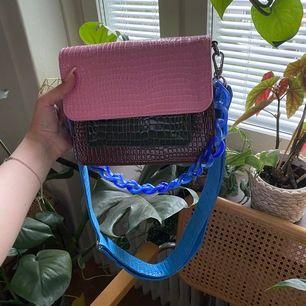 Säljer min väska från hvisk, med tillköpt plastkedja axelrem. Nypris 1148 kr. Använd 2 ggr. Köparen står för frakt. Kan mötas i Stockholm.