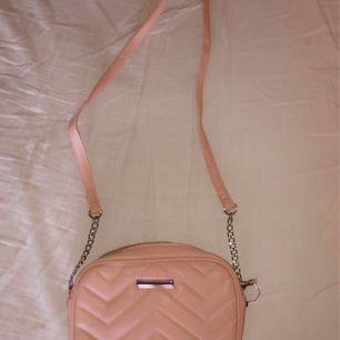 Ljusrosa väska från glitter kostat 149kr aldrig använd. Mitt pris - 30 kr + frakt 🤘🏼