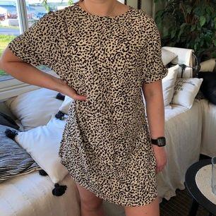 T-shirt klänning från H&M i storlek 36, S. Sval och luftig!🌻 50kr plus frakt som köparen står för!