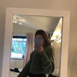 Oversize stickad grön tröja från Pull&bear💜 Använd max 5 gånger🥰 Frakt tillkommer