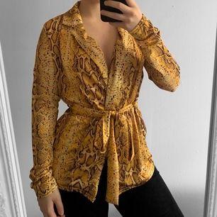 Gul snake print tröja från Boohoo storlek 36 i fint skick.  Möts upp i Stockholm eller fraktar.  Frakt kostar 59kr extra, postar med videobevis/bildbevis. Jag garanterar en snabb pålitlig affär!✨