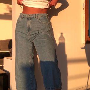 Säljer dessa superfina trekvartslånga jeans då de inte kommer till användning. Skicket är mycket bra då de bara är använda ett fåtal gånger.😇