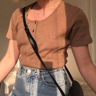 Jättesnygg brun/beige retro T-shirt. Strl S men passar även M. Passar till allt. Visas på en XS/S.