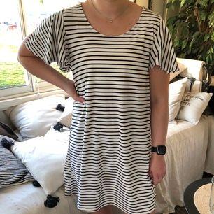 Randig klänning från Mango i storlek M! Luftig och skön😊 100kr plus frakt som köparen står för!