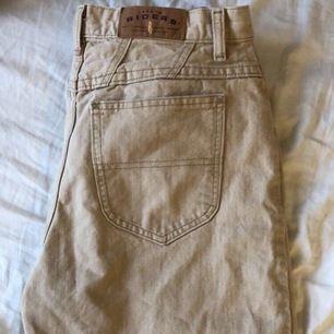 Beige jeans ifrån beyond retro för ett år sen! Märket är ett gammalt retro märke. Dom är tyvärr lite för långa för mig. Men skitsnygga! Innerbenssömmen är 75 cm och midjemåttet är 78 cm. Kan mötas upp i Stockholm eller frakta💘