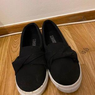 Skor använda 2 gånger! Passade inte mig tyvärr.. Super snygg sko nu till sommaren💜 Storlek: 40