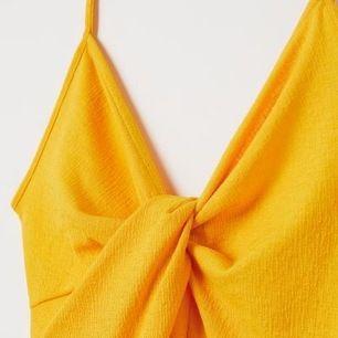 OANVÄND! gullig klänning från hm strl 34. färgen är basically som bild 1&3 ! frakt ligger på köparen!