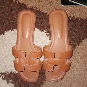 Snygga sandaler storlek 38.
