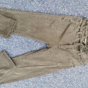Högmidjade khaki byxor från Jrf, aldrig använda,storlek L små i storlek