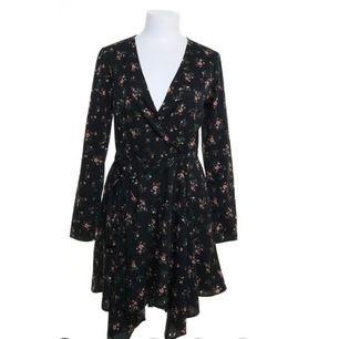 OANVÄND! söt nly trend klänning strl 34. frakt tillkommer.
