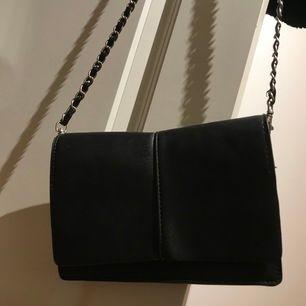 Liten väska som går att stänga. Kedjan är inte väskan orginella kedja, men väldigt snygg ;)!