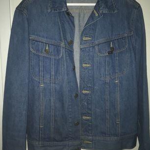 Säljer min snygga vintage lee jeansjacka som är i superskick storlek Mediumpassar Small-medium pris 250 (+frakt)