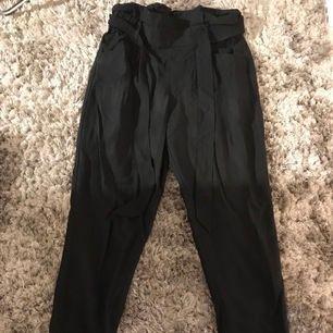 Svarta kostymbyxor från Zara. Storlek XS. Bra längd på mig som är 165cm lång. Använd ungefär 3/4 gånger.