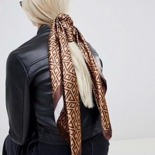 Helt ny designe scarf som är inspirerad av Fendi. Den är jättefin och stor man kan använda den till flera olika saker. Tyvärr har jag aldrig fått användning för den darföe sälja den nu! Köptes för 800kr säljs nu för 300