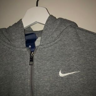 Nike tröja med dragkedja & luva. Barnstorlek L motsvarar XS - S