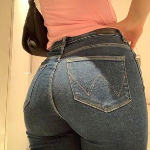 Assnygga från åhlens city för 800 kr, använt ca 4 gånger då jag aldrig använder jeans typ. Precis som nya, jättebra stretch och passform!! Lappen med storlek är borta men de passar en S ( Korta då de passar mig som är 157 ) Passar dig runt 160. Mid rise
