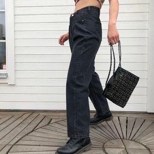 oanvända mom jeans i mörkgrå. snygg & unik passform med vida ben samt äkta fickor fram & bak. storlek s. modellen är 163 cm lång.