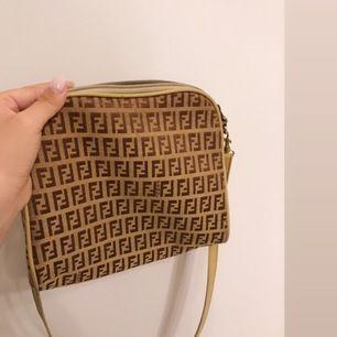 Fendi väska, köpt på vintage affär vet dock inte ifall den är äkta. Säljs därför för 550kr. Pris kan diskuteras. Bra skick. Går att ta av & byta band på den. Fri frakt.