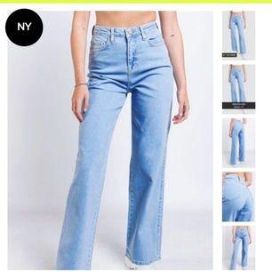 Ljusblåa jeans, hög midja. Storlek 34, helt nya med tags kvar, skickas tillbaka om ingen vill köpa, säljes då dem var för långa på mig som är 157cm. Jätte strechiga och sitter drömsnyggt!!
