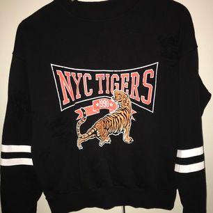 Gina tricot tiger tröja med slitna hål. Köparen står för frakten✨