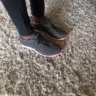 Nike Ari Max de är rosa och grå köpte de för 600kr