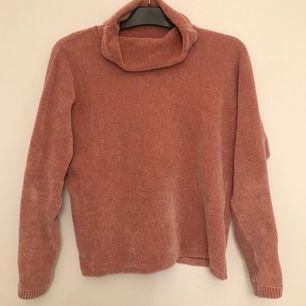 Grisrosa tröja med hög krage som man kan vika hur man vill. Tröjan är i storlek 158/156 men passar även XS-Sz Köparen står för frakt.
