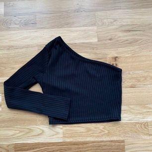 Skitsnygg tröja med en arm. Storlek S. Använd fåtal gånger så givetvis i nyskick. Frakt: 40kr
